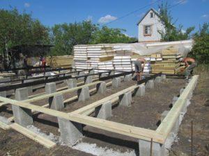 Фундамент свайного типа для строительства деревянного дома, компания Гусь Деревянный в Новосибирске