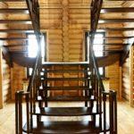 Лестница из дерева в коттедже «Гусь Деревянный»